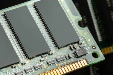 Routing and HDI layout in a RAM chip